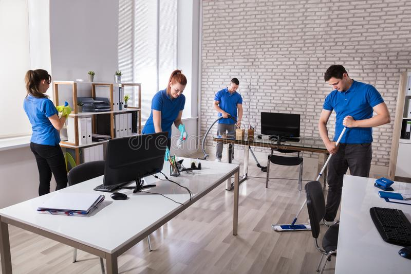Portiers nettoyant le bureau photo stock