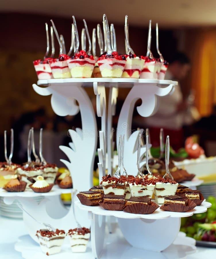 Porties van zoet smakelijk dessert op buffet royalty-vrije stock fotografie