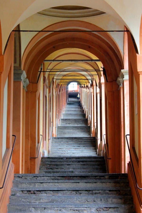 Portik av bolognaen som leder till fristaden av Madonna di San Luca arkivfoto