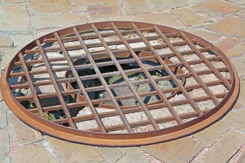 Portilla oxidada del dren imagenes de archivo