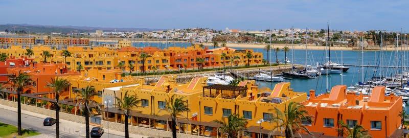 PORTIMAO, PORTUGAL - EL AMI 24, 2019: Opinión sobre el área residentical de Portimao en Algarve, Portugal Panorama foto de archivo libre de regalías