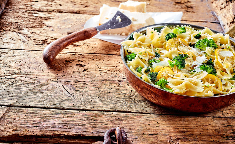 Portion av farfallepasta med broccoli och ost arkivbilder