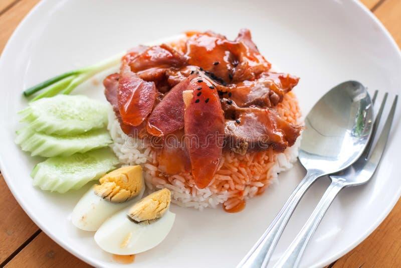 Portion av ris grillat griskött överst royaltyfria bilder