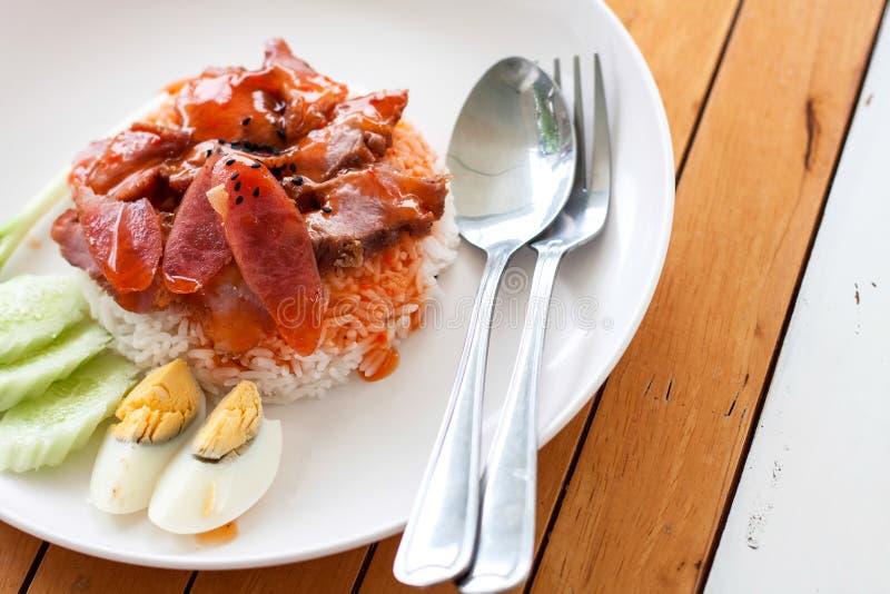 Portion de porc rôti par riz sur le dessus images libres de droits