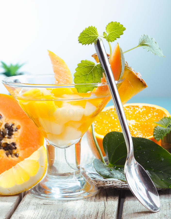 Portion de salade de fruits tropicale fraîche photographie stock