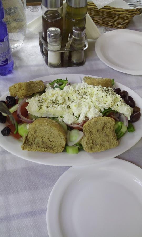Portion, när tjäna som grekisk sallad arkivfoton