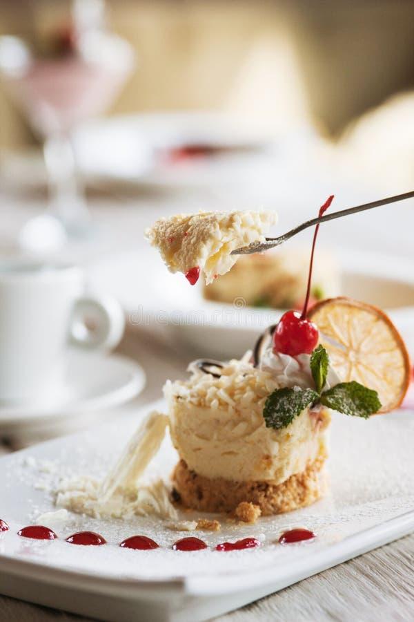Portion orange crémeuse de dessert dans le restaurant images stock