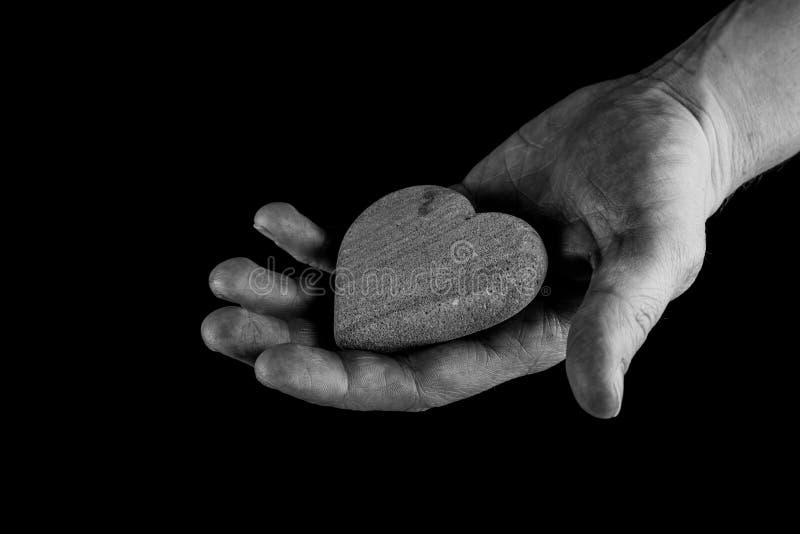 Portionhänder, begrepp av att att bry sig, hand som ger en hjärta royaltyfri fotografi