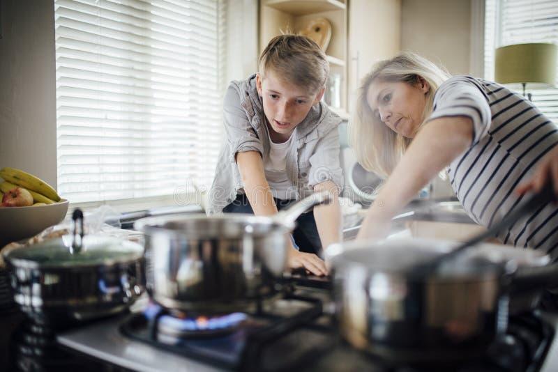 PortionMum med matlagningen arkivbilder