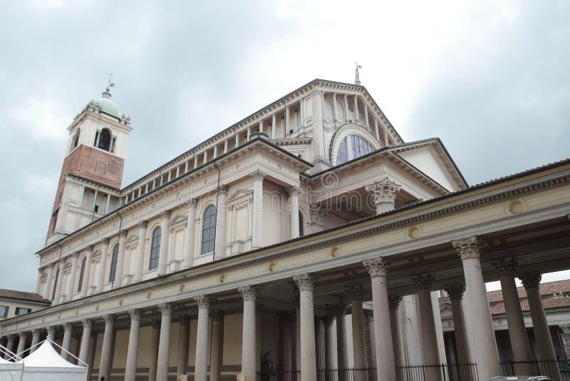Portique et colonnade néoclassiques à Novare photographie stock