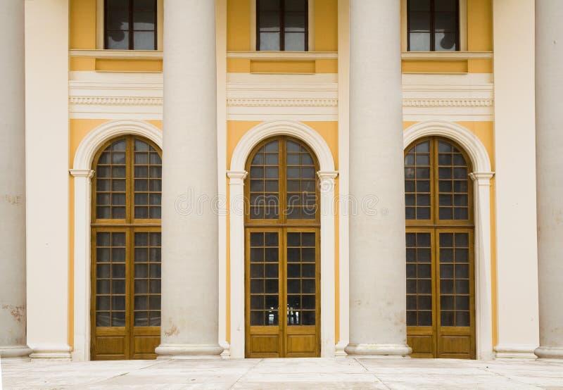 Portiques classiques avec des fléaux. photos libres de droits