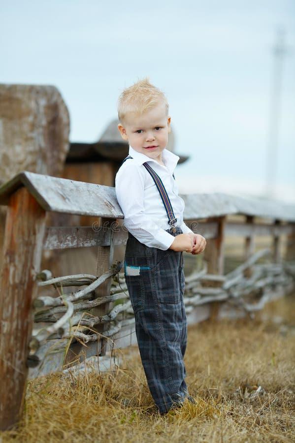 Portirat del ragazzino su posizione fotografia stock libera da diritti