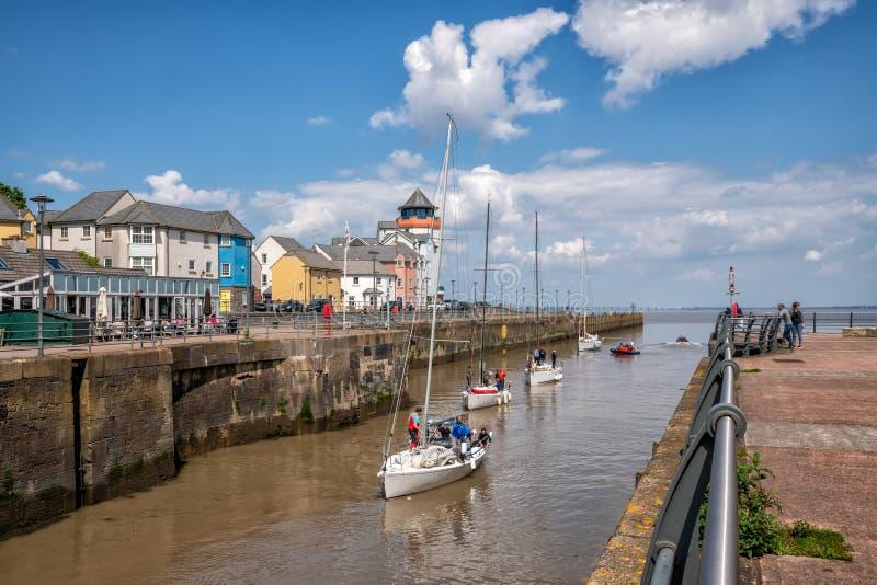 Portisheadjachthaven, Jachten die Jachthaven van de Rivier Severn ingaan stock afbeelding