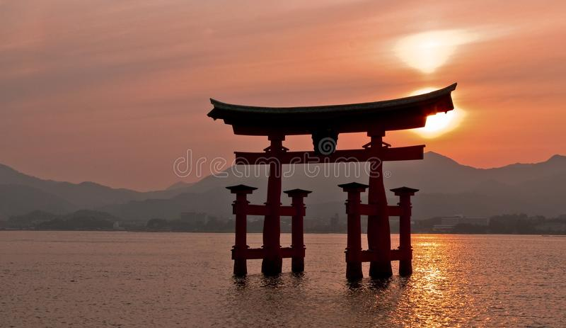 portjapan miyajima torii arkivbilder