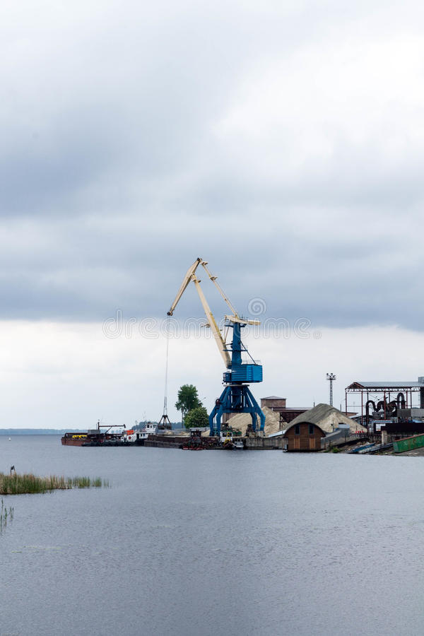 Portkrankontur Industriella behållarelastfrakter på portlodlinjeskottet industrier royaltyfri foto