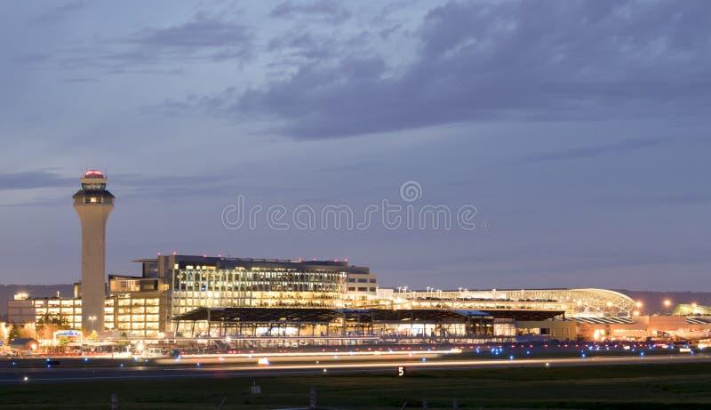 Portland internationell flygplats PDX p? natten - den st?rsta och b?sta flygplatsen i staten av Oregon royaltyfri foto