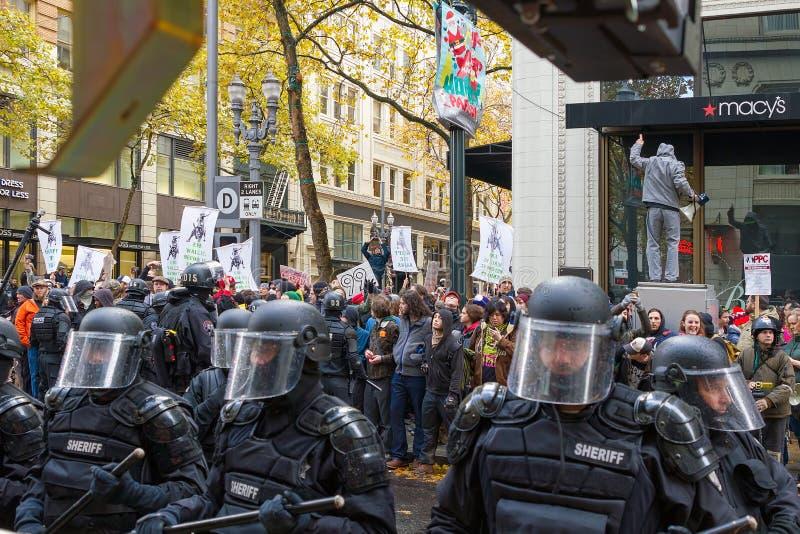 Portland Milicyjny Kontrolować Zajmuje Portlandzkich protestujących w Downto obrazy royalty free