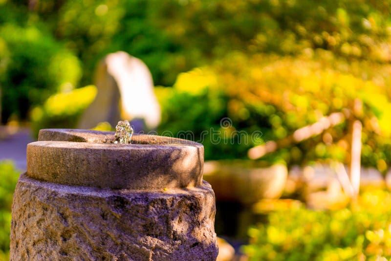 PORTLAND, O - 27 MAGGIO 2017: Fontana di pietra al giardino giapponese fotografia stock