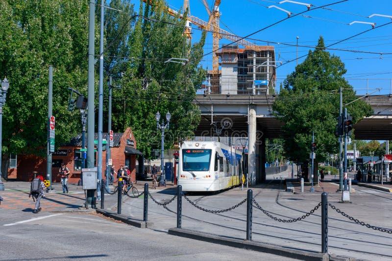 Portland offentligt trans., MAX Light Rail på Rose Quarter TC MAX Station royaltyfria bilder