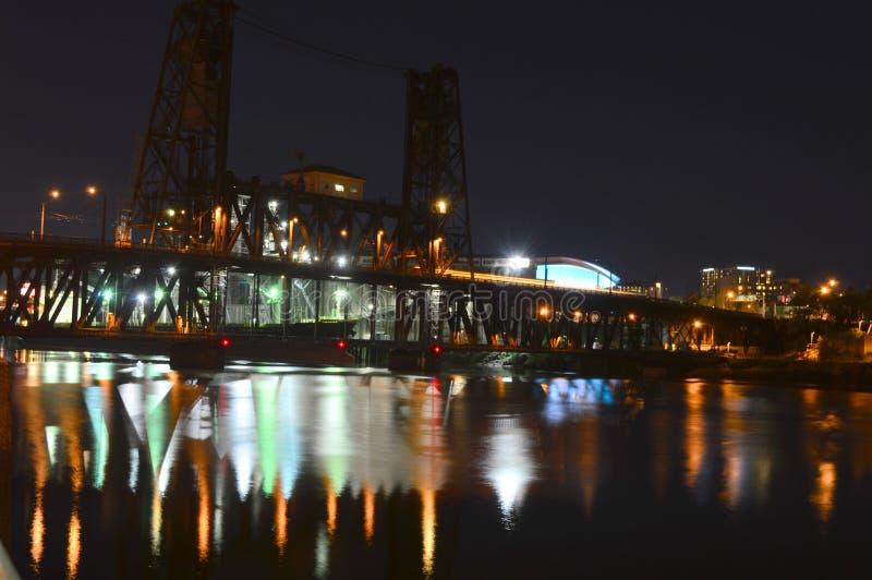 Portland, Orégon - Etats-Unis - 5 octobre 2015 : Horizon de Portland la nuit photographie stock