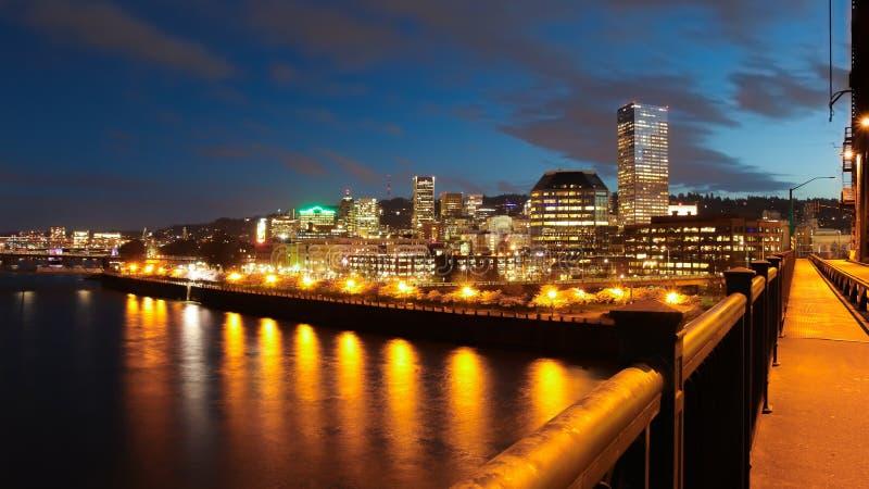 Portland Oregon i stadens centrum horisont på natten i vår royaltyfria bilder