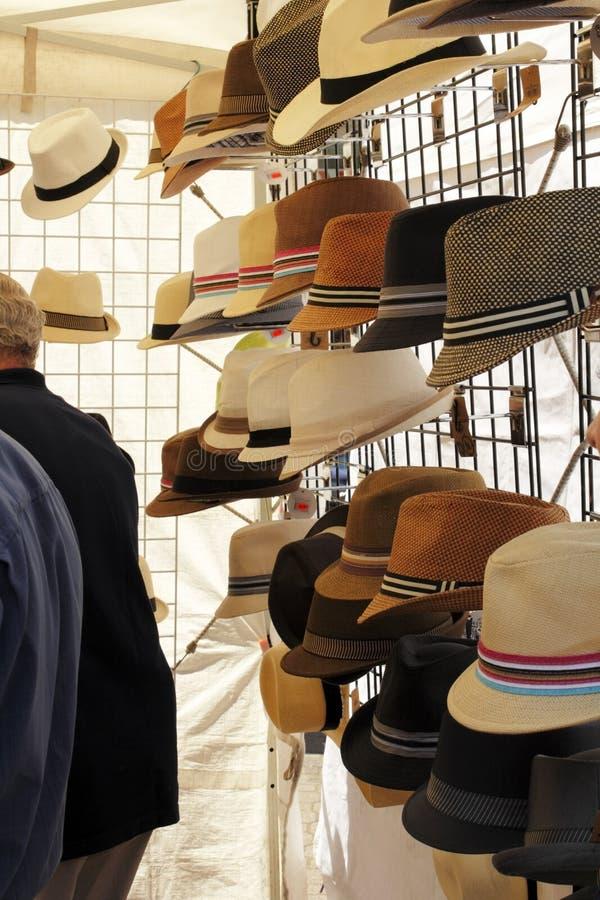 Hüte für Verkauf an Samstag-Markt lizenzfreies stockbild