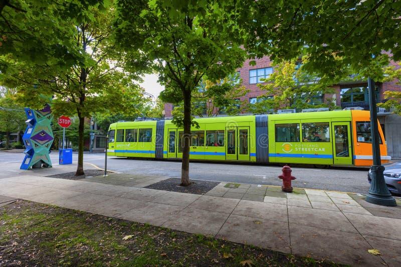 Portland Oregon Max Train im Stadtzentrum gelegen lizenzfreie stockfotos