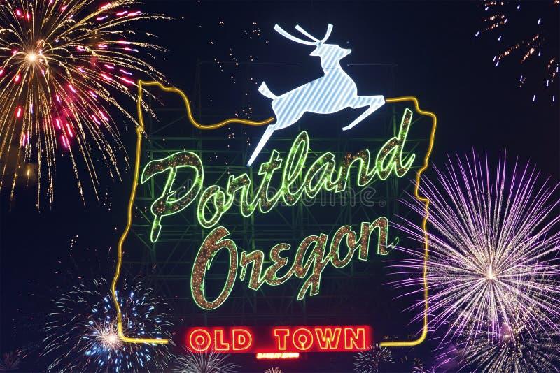 Portland Oregon tecken med hjortar och blinkande fyrverkerier på himlen i bakgrunden royaltyfri foto