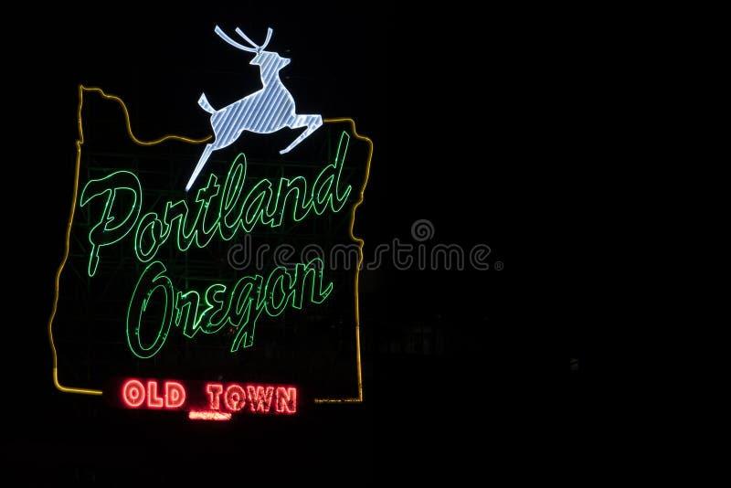 Portland Oregon undertecknar den vita fullvuxna hankronhjorten i centrum arkivbild