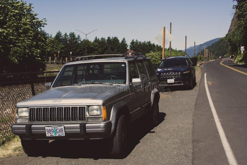 Portland, Oregon, USA - 12. Juni 2015: Alter und neuer Jeep Cherokee parkte auf der Straße lizenzfreies stockbild