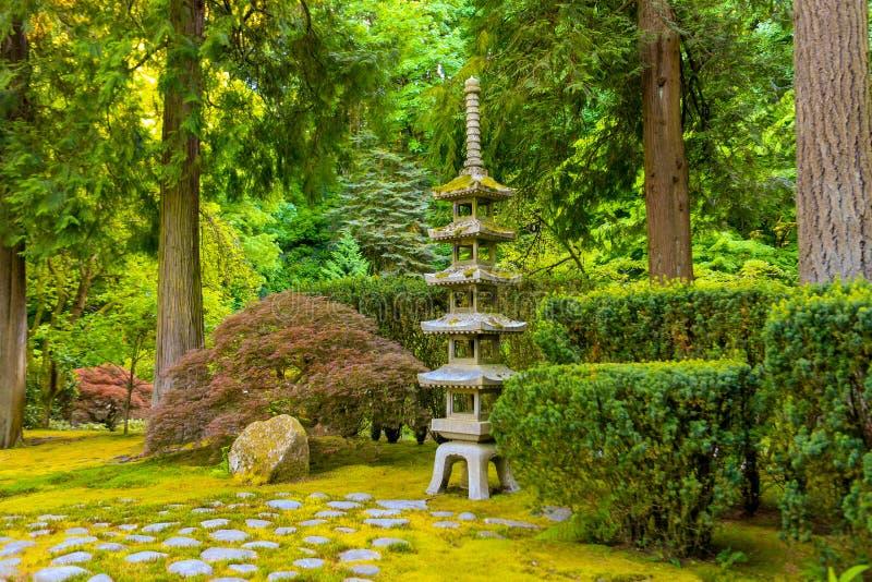 PORTLAND, OU - 27 MAI 2017 : Jardin japonais avec une lanterne en pierre de pagoda image stock