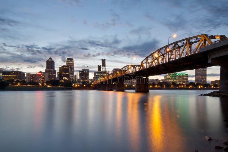 Portland-Skyline und Hawthorne Brücke am Sonnenuntergang stockfoto