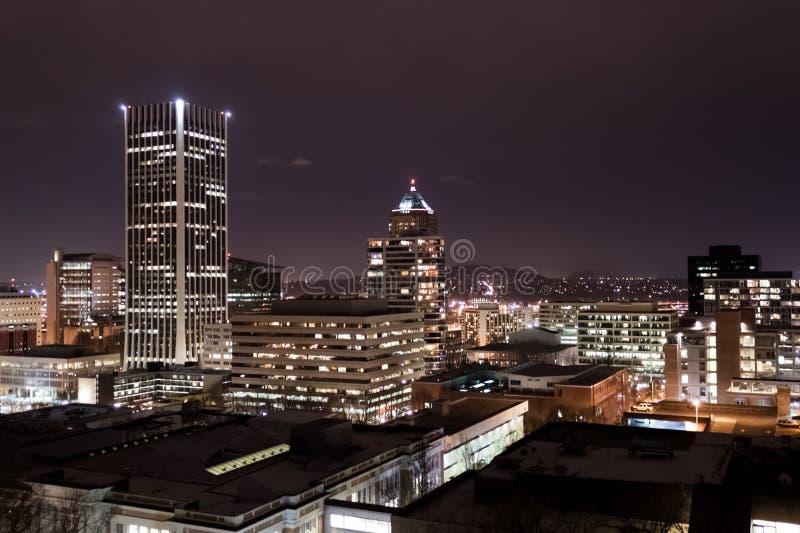 Portland som är i stadens centrum på natten arkivfoto