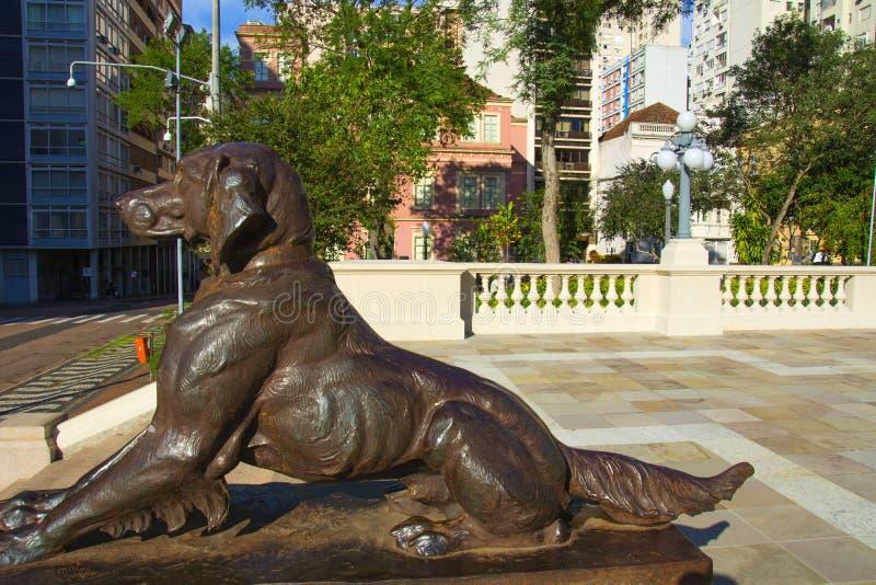 Porto Alegre, el Brasil 22/04/2018: el monumento al centro del cuadrado Praça DA Matriz, Porto Alegre, Río Grande del Sur de Mat fotos de archivo