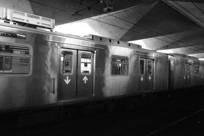 Porto Alegre, Rio Grande do Sul, Brasilien - 20/12/2019 Tåget anländer till tågstationen i Porto Alegre fotografering för bildbyråer
