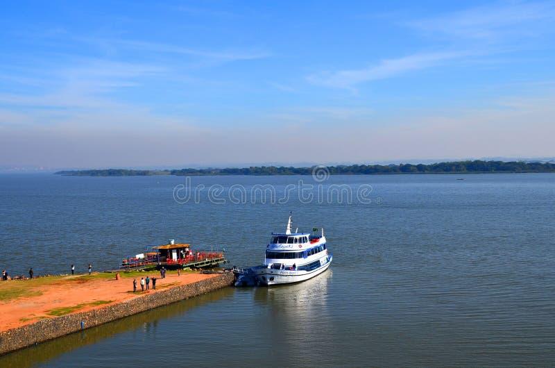Porto Alegre, Rio Grande doet Sul: toeristenschip op het meer Guaiba stock fotografie