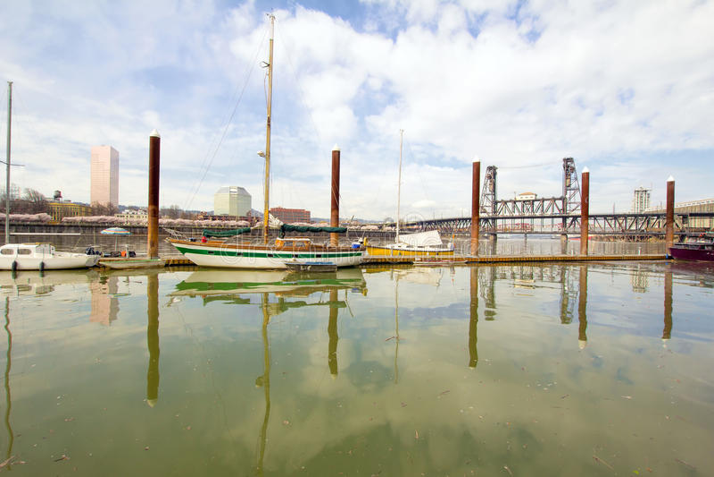 Porto ao longo do rio de Willamette em Portland imagem de stock royalty free