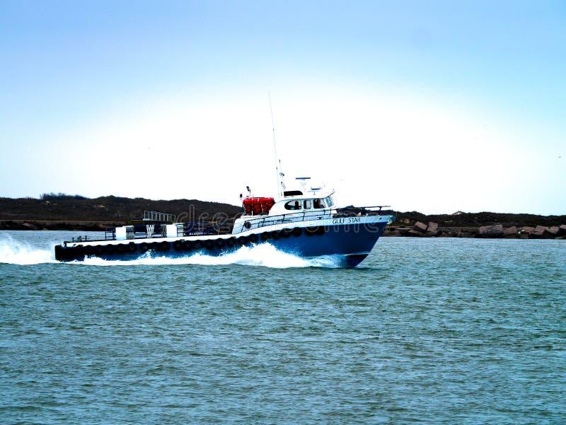 Porto Aransas, TX - 8 febbraio 2018: Sciabica del peschereccio che si dirige al golfo del Messico immagini stock libere da diritti
