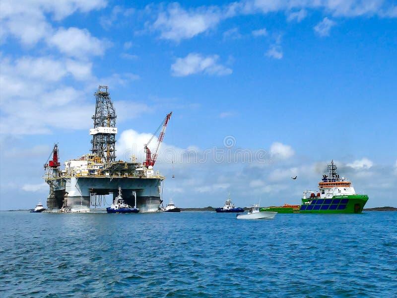 PORTO ARANSAS, TX - 5 MARZO 2017: Piattaforma della trivellazione petrolifera che è rimorchiata immagine stock libera da diritti