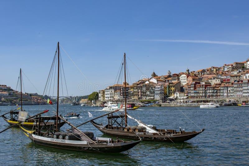 Porto, arquitetura da cidade velha da cidade de Portugal no rio de Douro com os barcos tradicionais de Rabelo fotos de stock royalty free