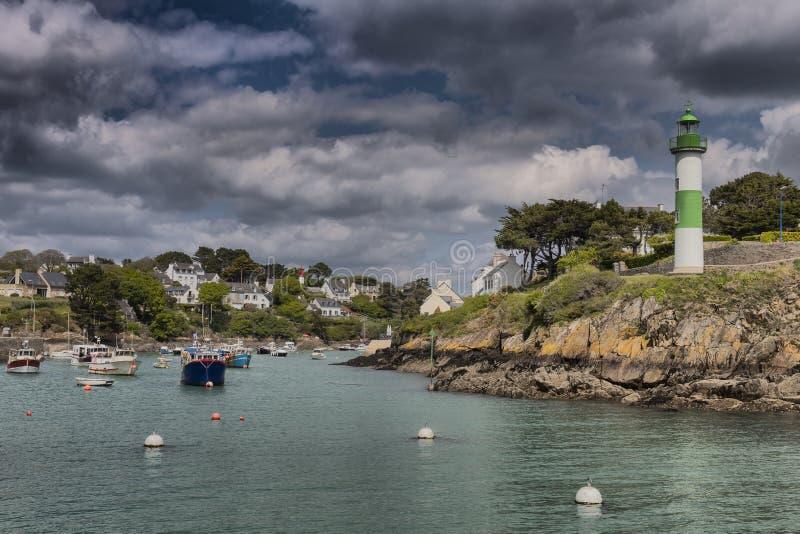Porto bonito com o farol em Doelean, Brittany, França imagens de stock