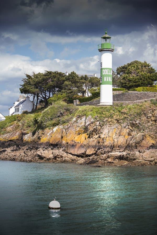 Porto bonito com o farol em Doelean, Brittany, França fotos de stock