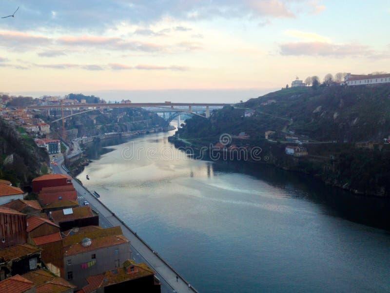 Porto cityscape bij zonsondergang Dourorivier in het historische district van Porto, Portugal stock afbeeldingen