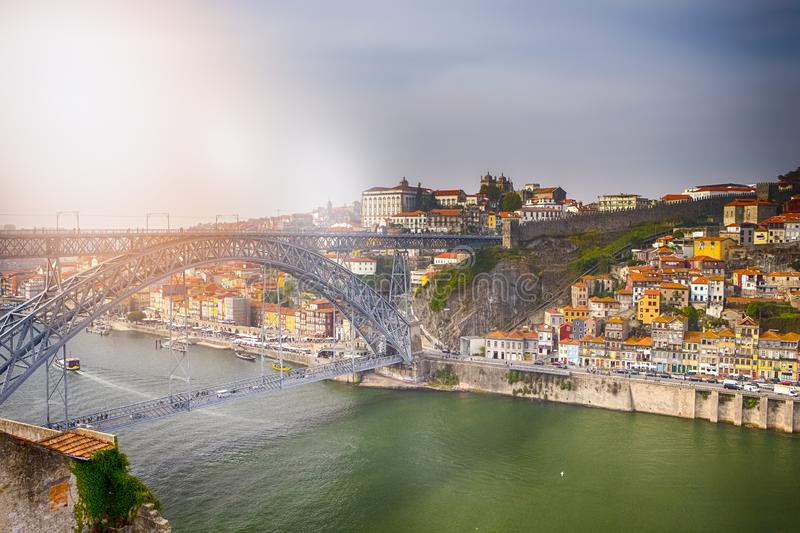 Porto Cityscape am Douro River und Dom Luis I Bridge bei Sunset stockfoto
