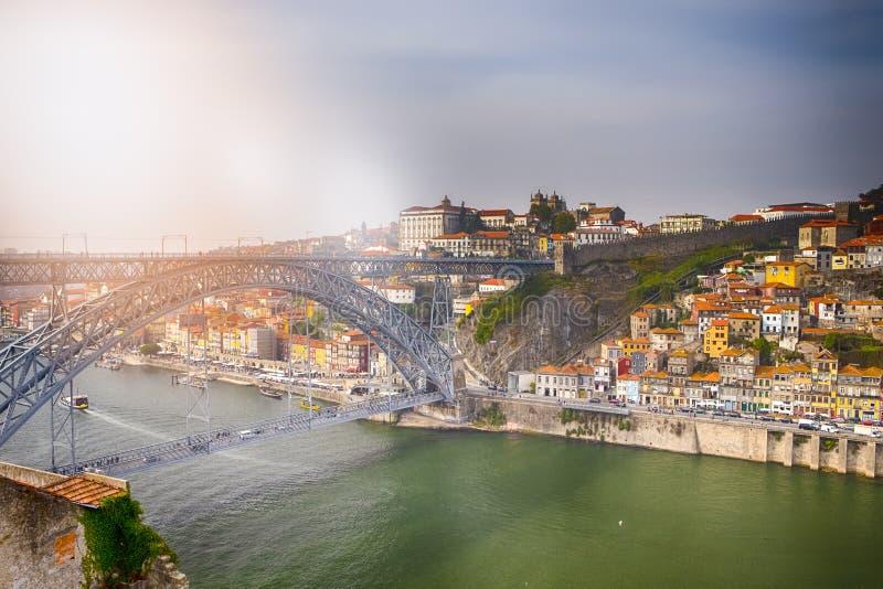 "Porto Cityscape na moÅ›cie Douro i Dom Luis I na zachodzie sÅ'oÅ""ca zdjęcie stock"
