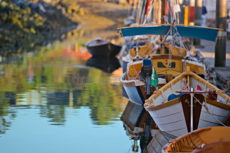 Porto colorido enchido com os barcos de madeira foto de stock royalty free