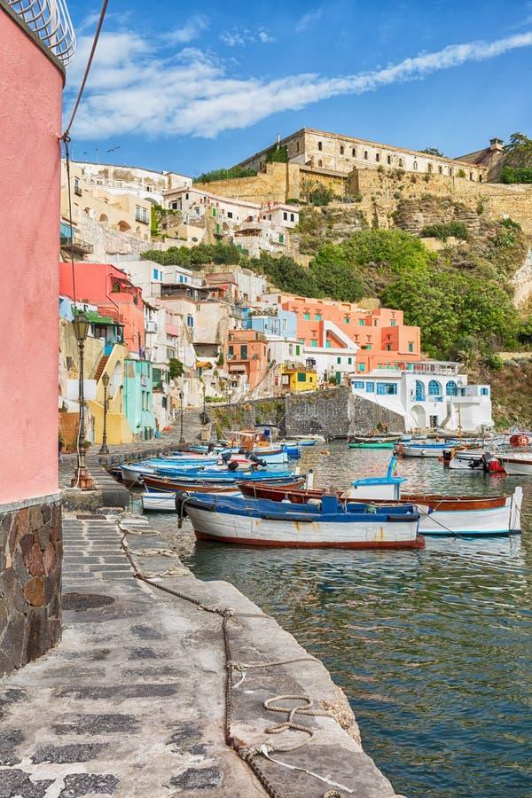 Porto colorido na ilha Procida em Itália foto de stock