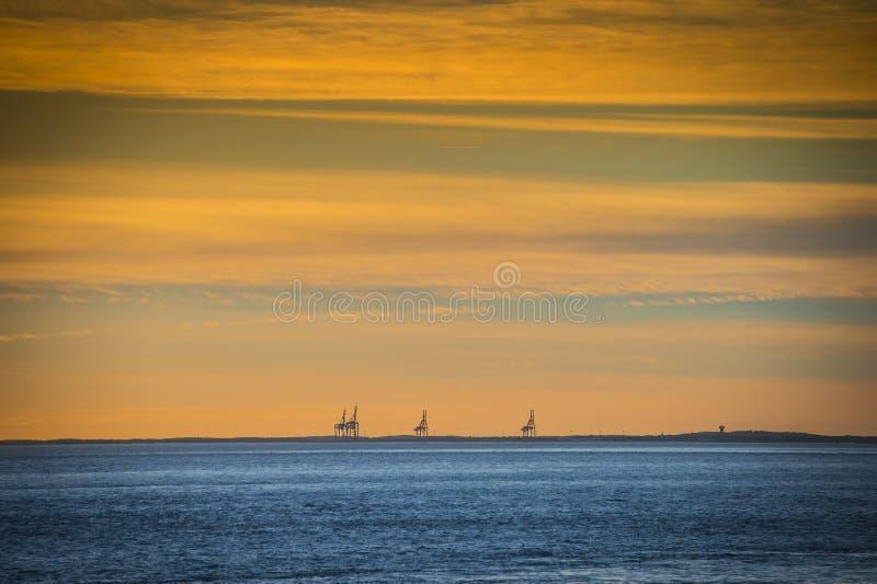 Porto com guindastes e terminal no por do sol, le Verdon, Gironda, França, Europa imagem de stock royalty free