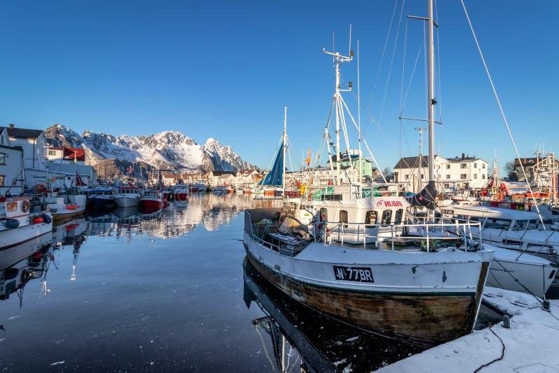 Porto com os barcos na vila de Henningsvaer imagem de stock