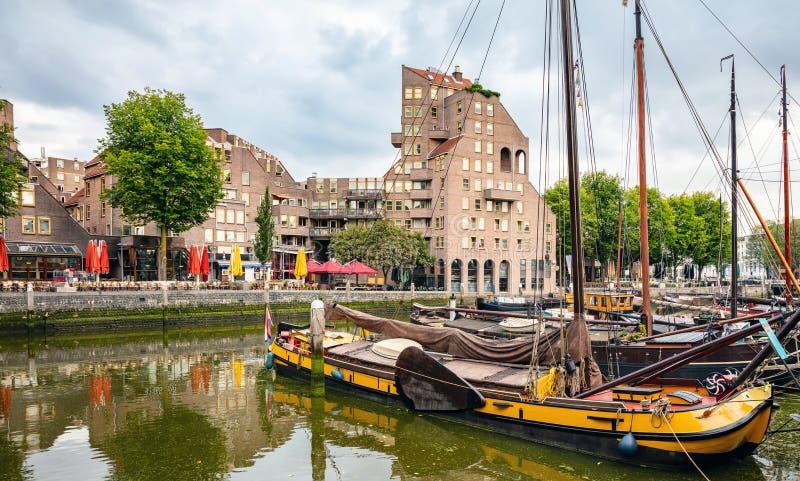 Porto com veleiros, fundo do rio da cidade, papel de parede imagens de stock